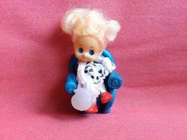 кукла lol на пластилиновом кресле
